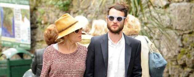 Schwangere Sienna Miller und ihr Tom gehen spazieren