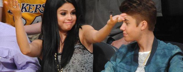 Selena Gomez gestikuliert und Justin Bieber