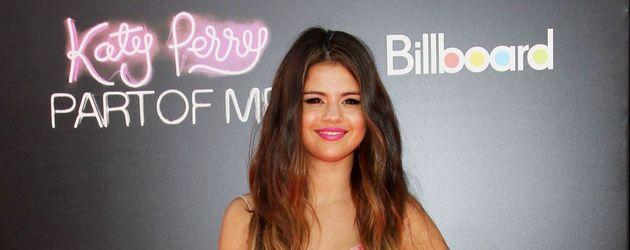 Selena Gomez trägt ein rosa Paillettenkleid