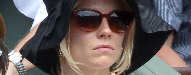 Sienna Miller mit schwarzem Schlapphut