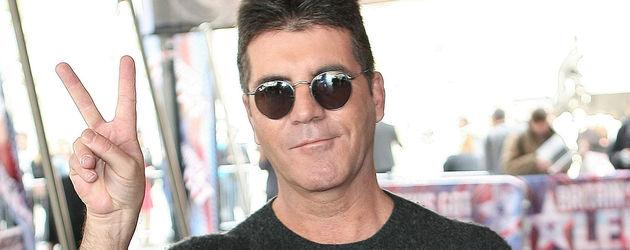 Simon Cowell macht das Peace-zeichen
