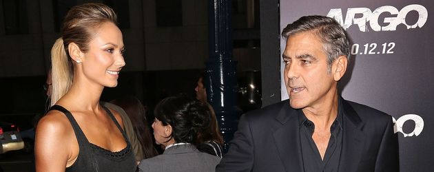 """Stacy Keibler und George Clooney auf dem Red Carpet der """"Argo""""-Premiere"""