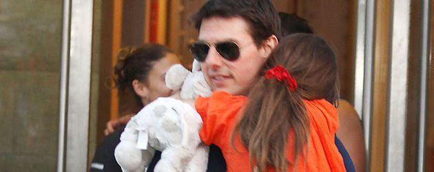 Suri auf Papa Toms Arm