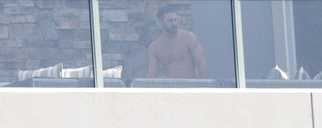 Taylor Kinney auf dem Balkon