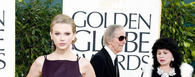 Taylor Swift mit langen Ohrringen