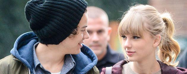 Taylor und Harry schauen sich in die Augen