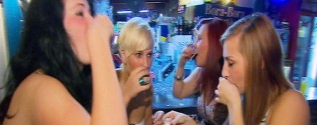 Teenies auf Partyurlaub trinken Schnaps