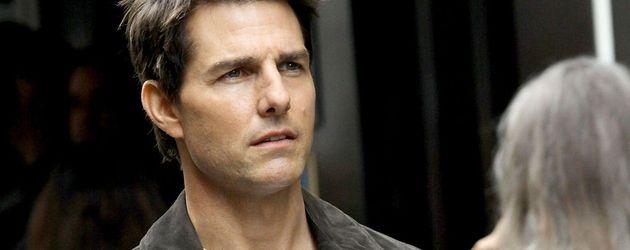 Tom Cruise hält seine Sonnenbrille in den Händen