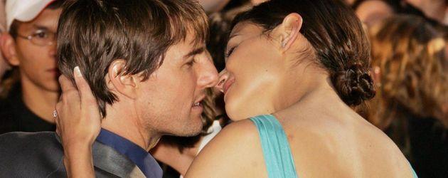 Tom Cruise und Katie Holmes knutschen