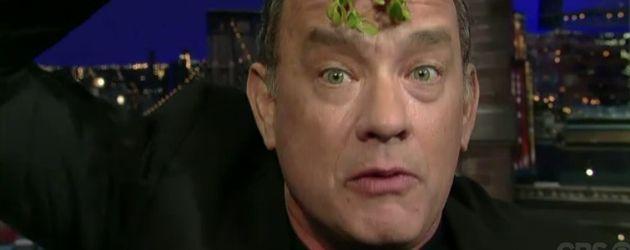 Tom Hanks mit einem Mistelzweig über seinem Kopf