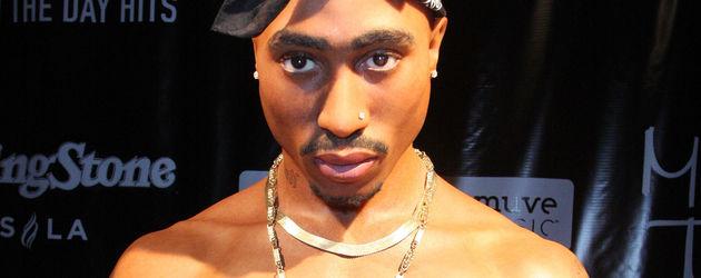 Tupac als oberkörperfreie Wachsfigur