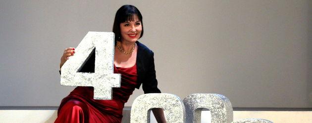 Verbotene Liebe-Star Isa Jank posiert mit der 4000
