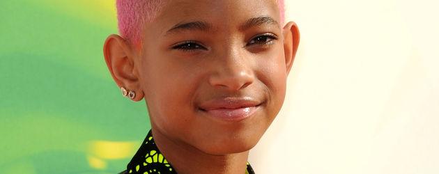 Willow Smith mit pinker Glatze