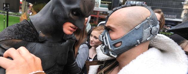 Zwei Batman-Fans rangeln miteinander