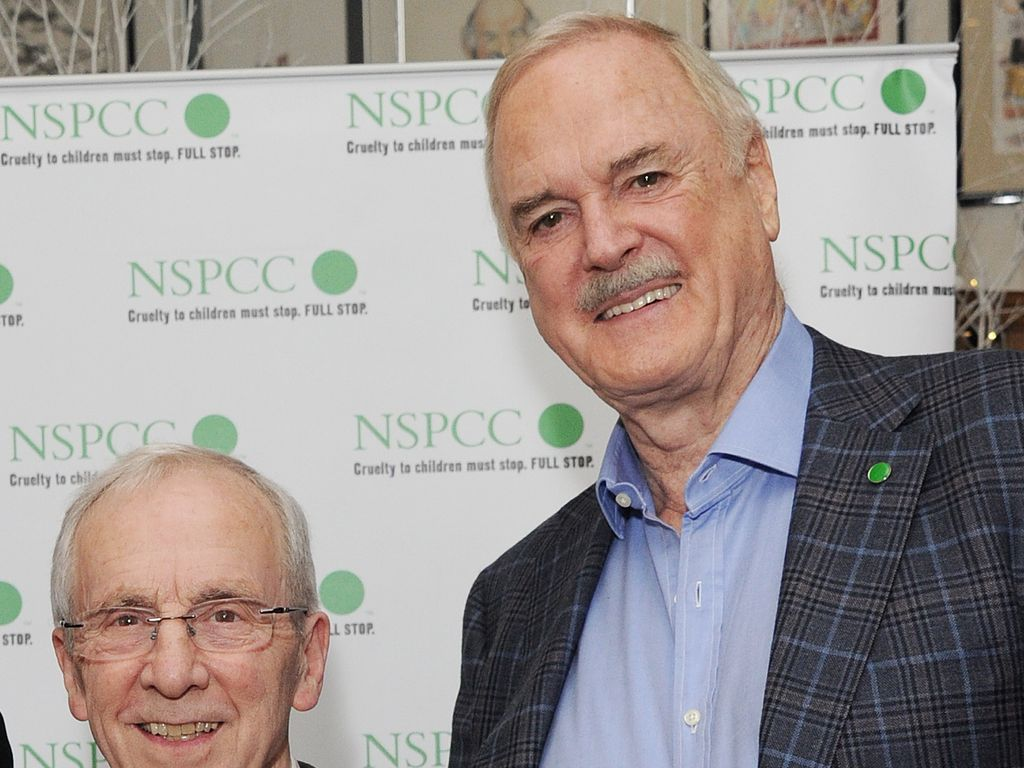 "Andrew Sachs und John Cleese (r.) beim ""Comedy Raost"" in London"