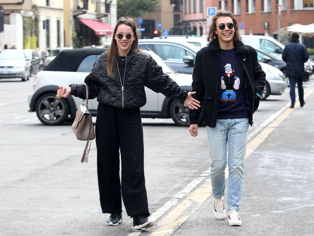 Aurora Ramazotti mit einem jungen Mann in Mailand