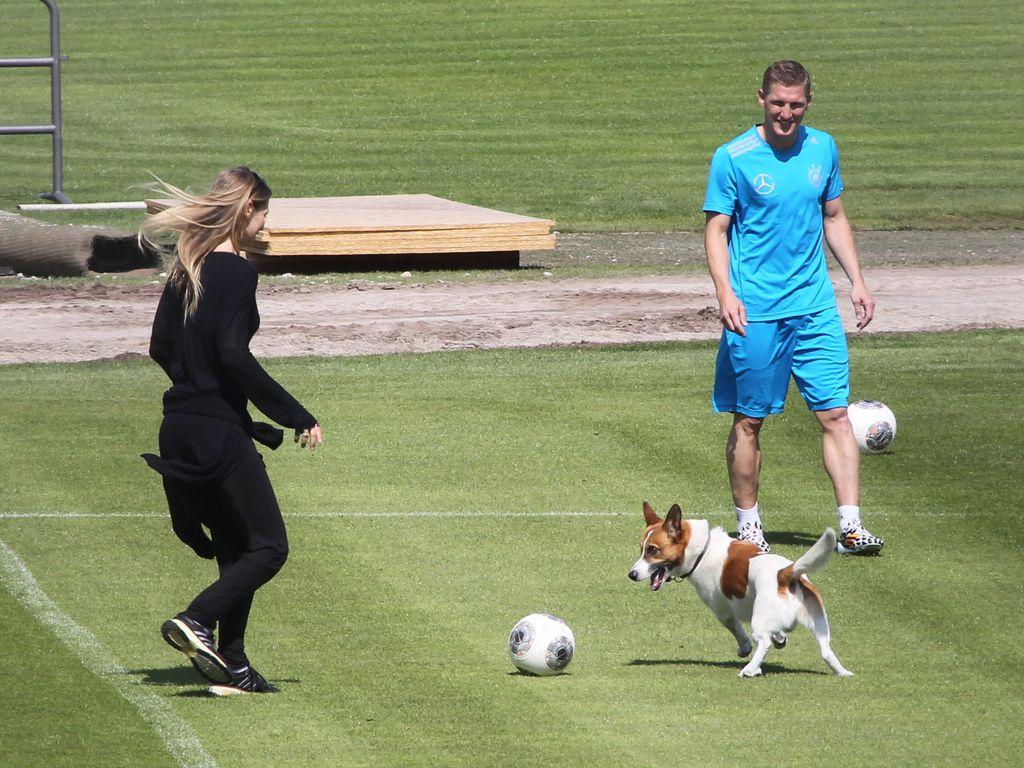 Schweinsteiger übt das Kicken mit seiner Sarah | Promiflash.de Sarah Brandner Bastian Schweinsteiger 2014