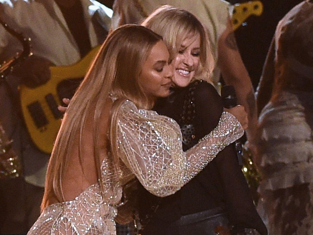 Beyoncé mit Martie Maguire von den Dixie Chicks bei den CMAs 2016