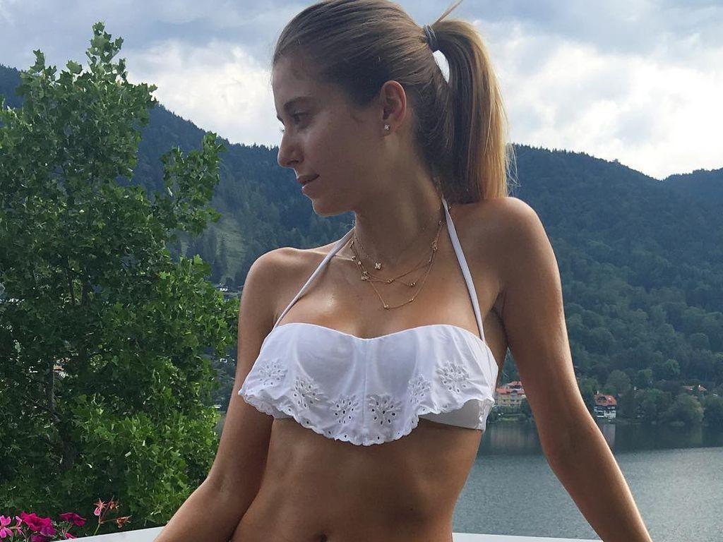 Cathy Hummels im weißen Bikini