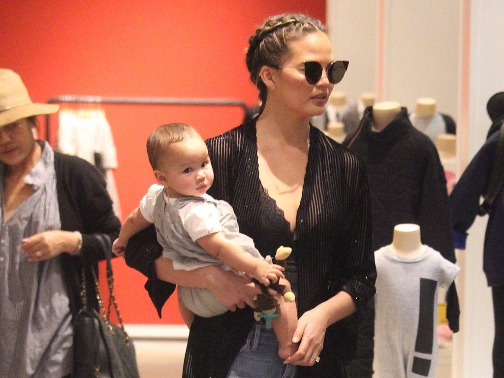 """Chrissy Teigen mit Baby Luna Simone im Kinderladen """"Bel Bambini"""" in Beverly Hills"""