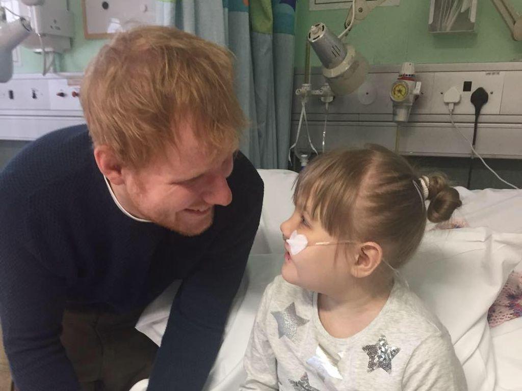 Ed Sheeran bei einem Krankenhausbesuch im November 2016