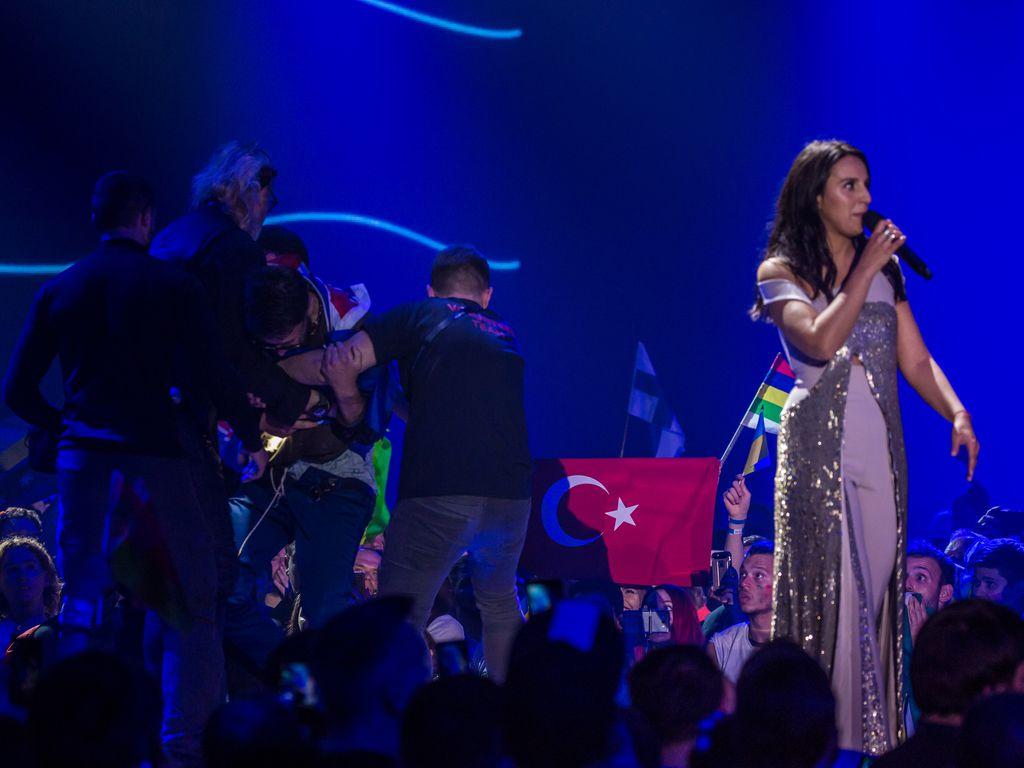 Sängerin Jamala (r.) und ein Flitzer