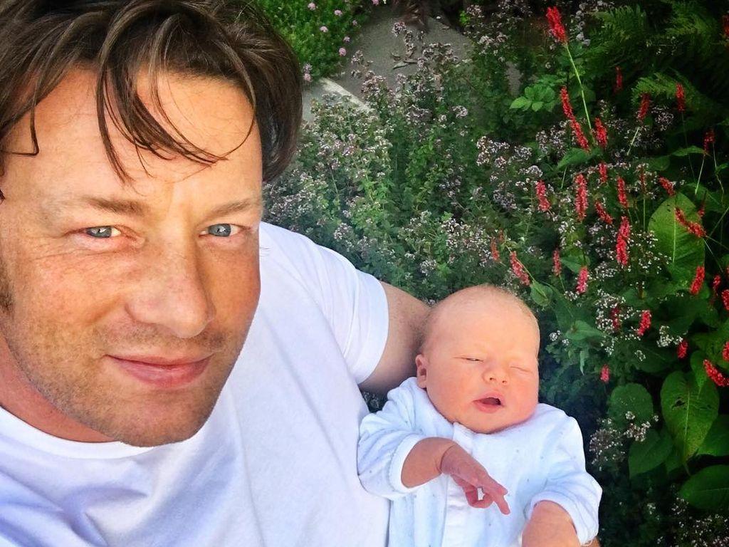 Jamie Oliver und sein neugeborener Sohn im Garten