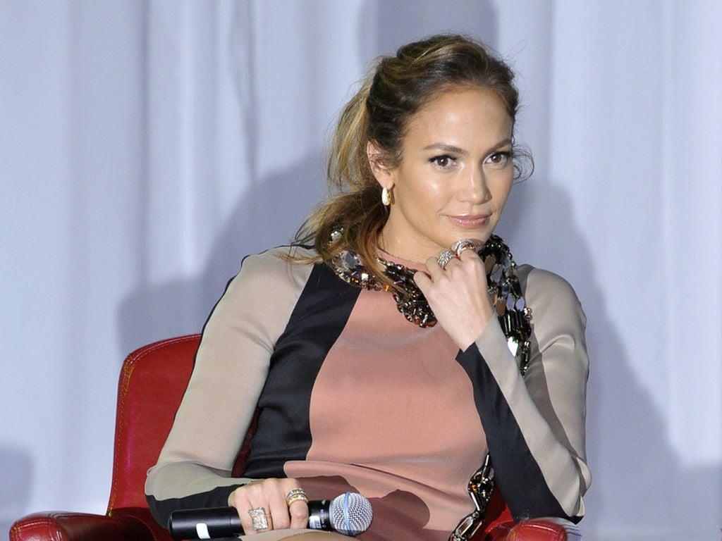 Jennifer Lopez guckt ernst