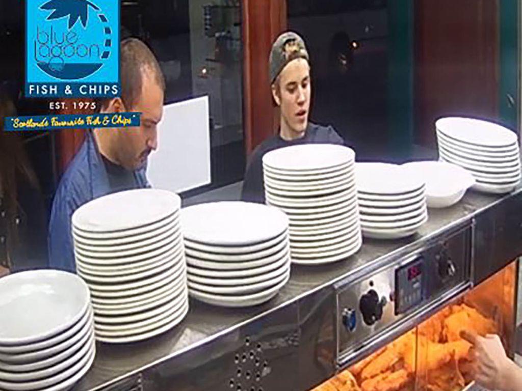 Justin Bieber in einem Fish and Chip Shop in Glasgow
