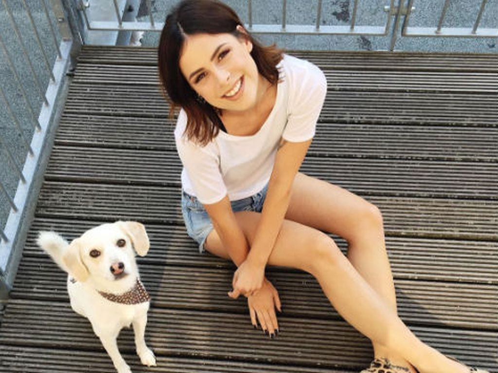 Lena Meyer-Landrut mit einem Hundewelpen