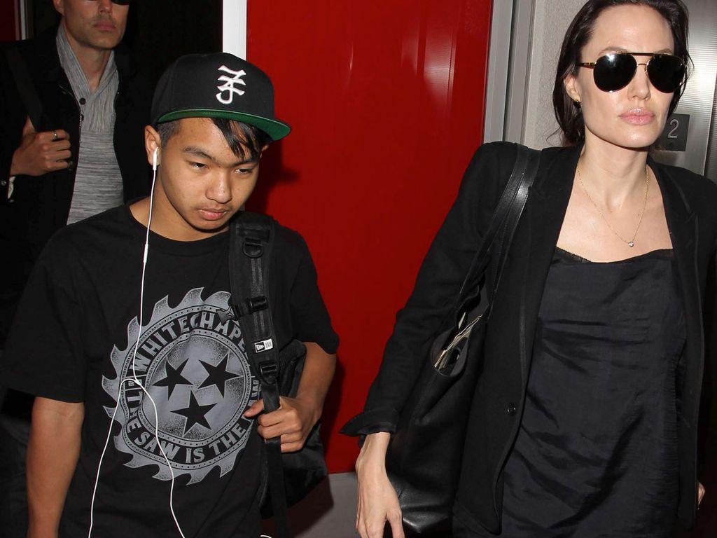 Maddox und seine Mutter Angelina Jolie am LAX