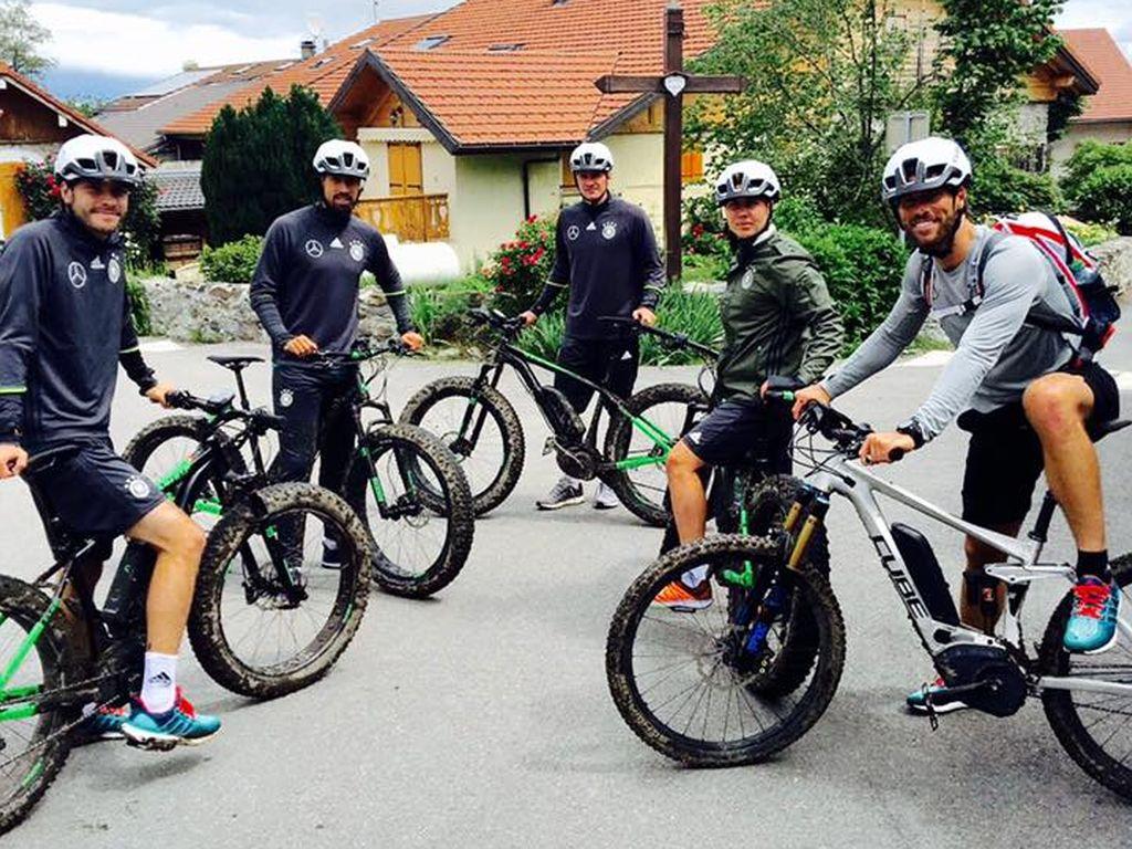 Mario Götze und seine EM-Teamkollegen bei einer Radtour