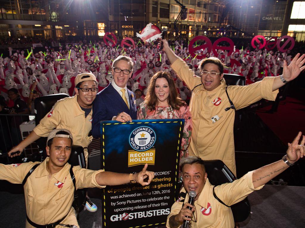 Melissa McCarthy posiert mit Fans beim Ghostbusters-Guinness-Weltrekord-Event in Singapur