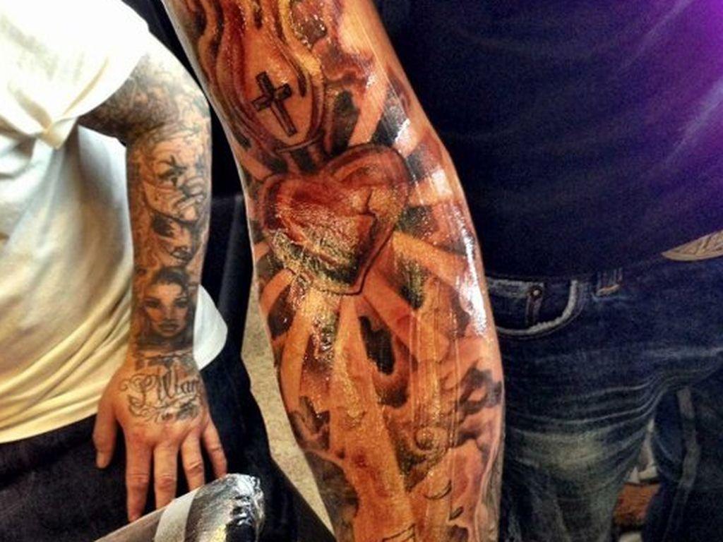 lewis hamilton seht hier sein neues xxl tattoo. Black Bedroom Furniture Sets. Home Design Ideas