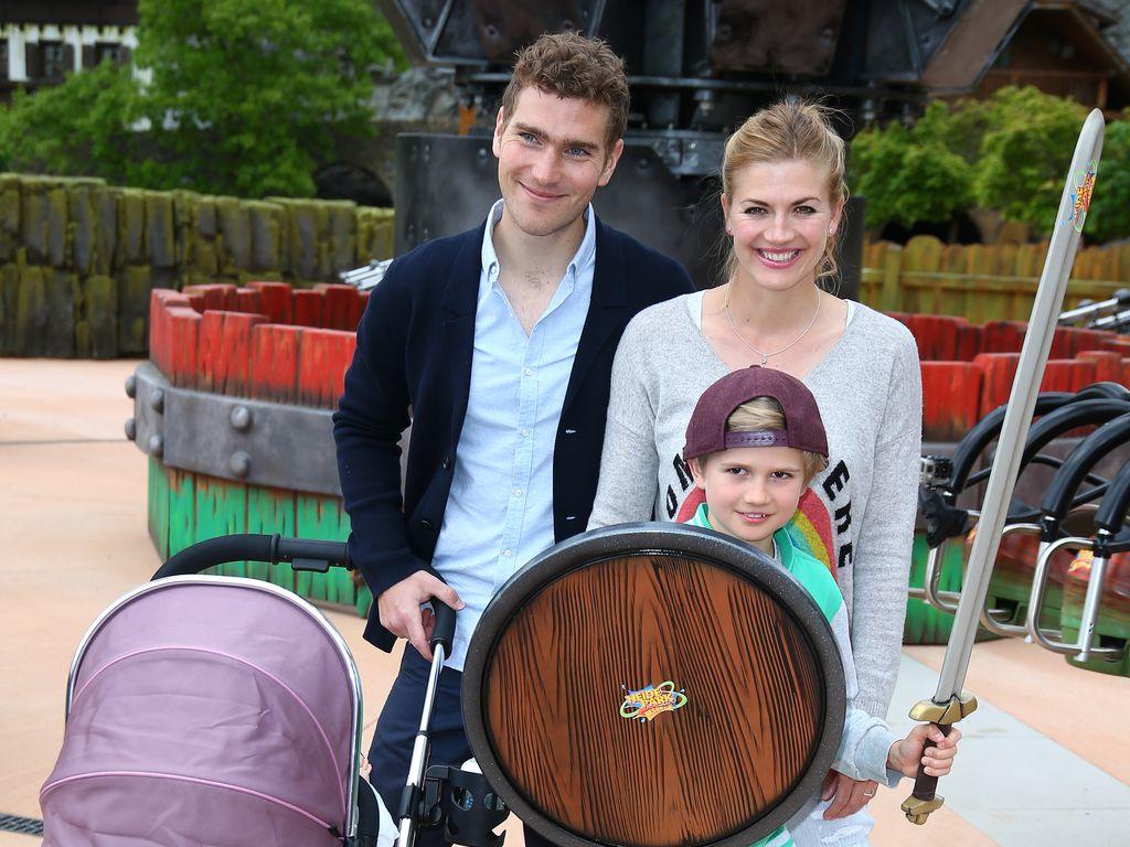 Nina Bott und ihre Familie in einem Freizeitpark