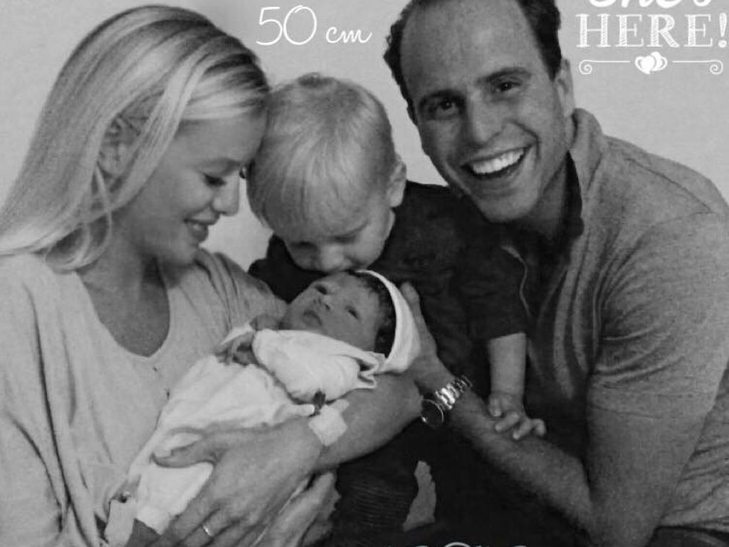 Oksana Kolenitchenko mit ihrem Mann, ihrem Sohn und ihrer neugeborenen Tochter