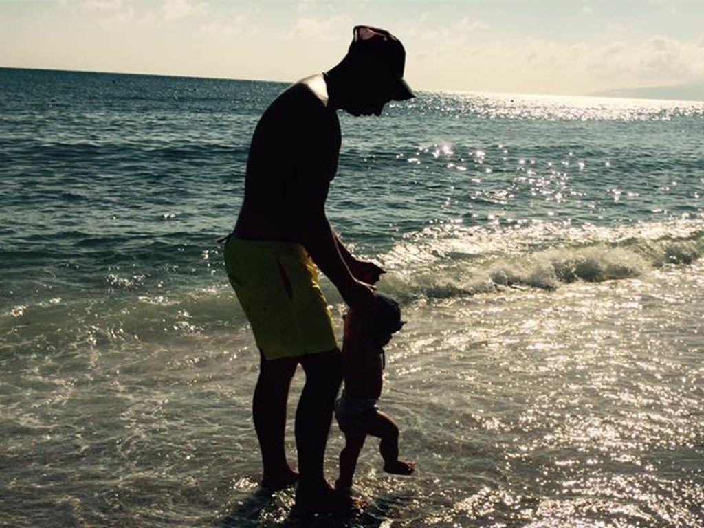 Pietro Lombardi mit seinem Kind Alessio am Strand von Kreta