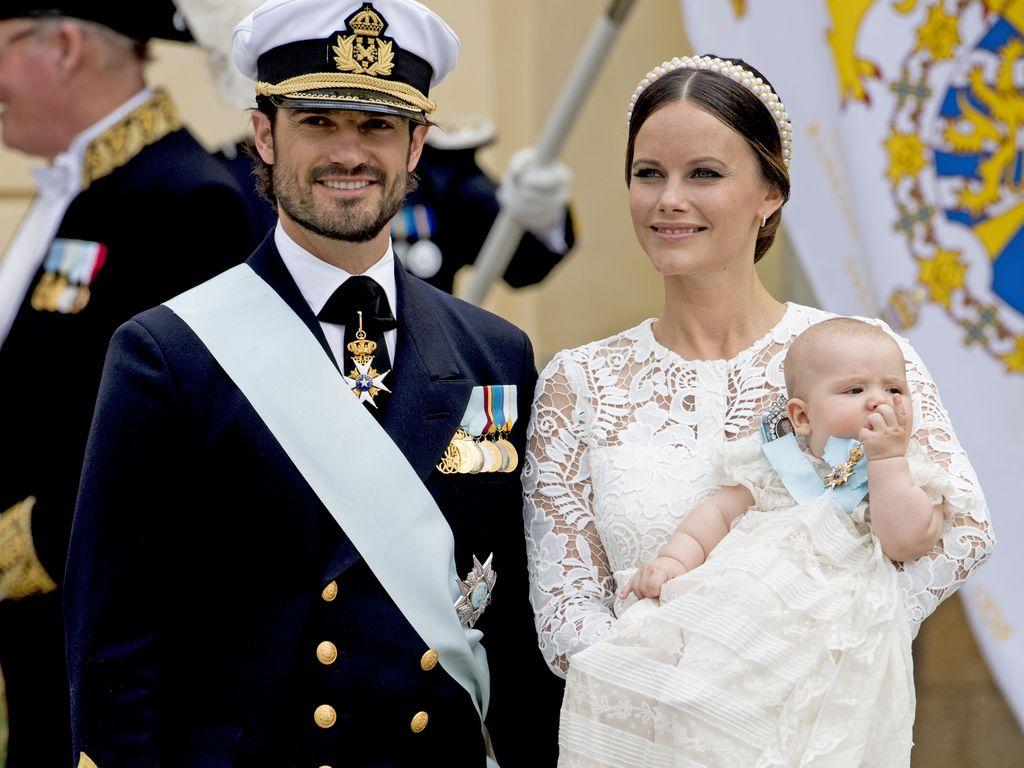 Prinz Carl Philip mit Prinzessin Sofia und Sohn Prinz Alexander bei der Taufe von Prinz Alexander