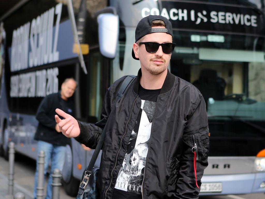 Robin Schulz vor seinem Tourbus