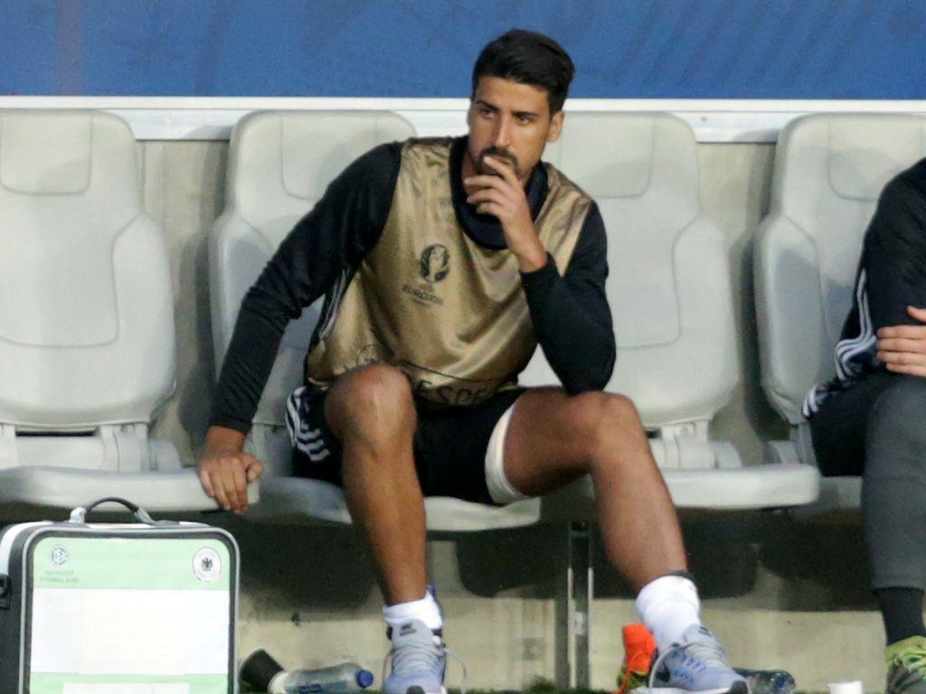 Sami Khedira während EM-Achtelfinale 2016 gegen Italien verletzt auf der Bank