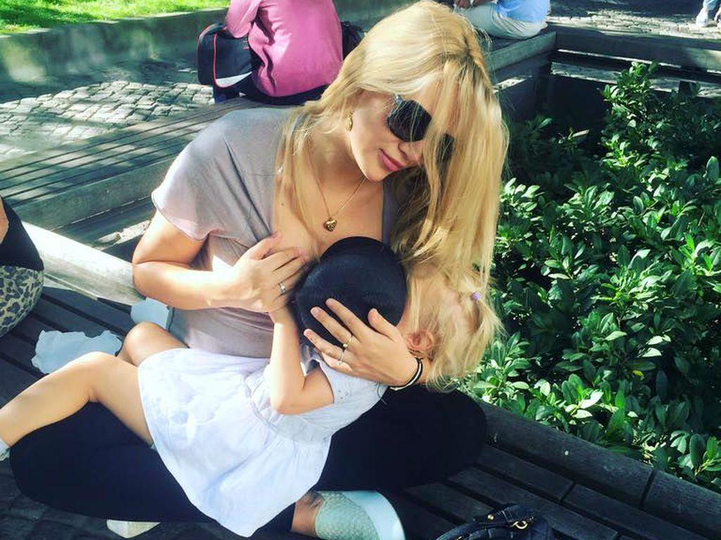 Sara Kulka mit ihrer Tochter