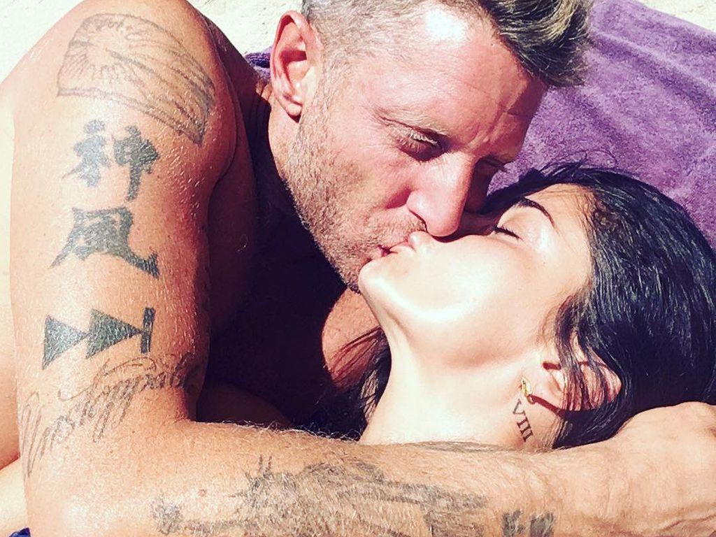 Shermine Shahrivar und Lapo Elkann küssen sich im August 2016