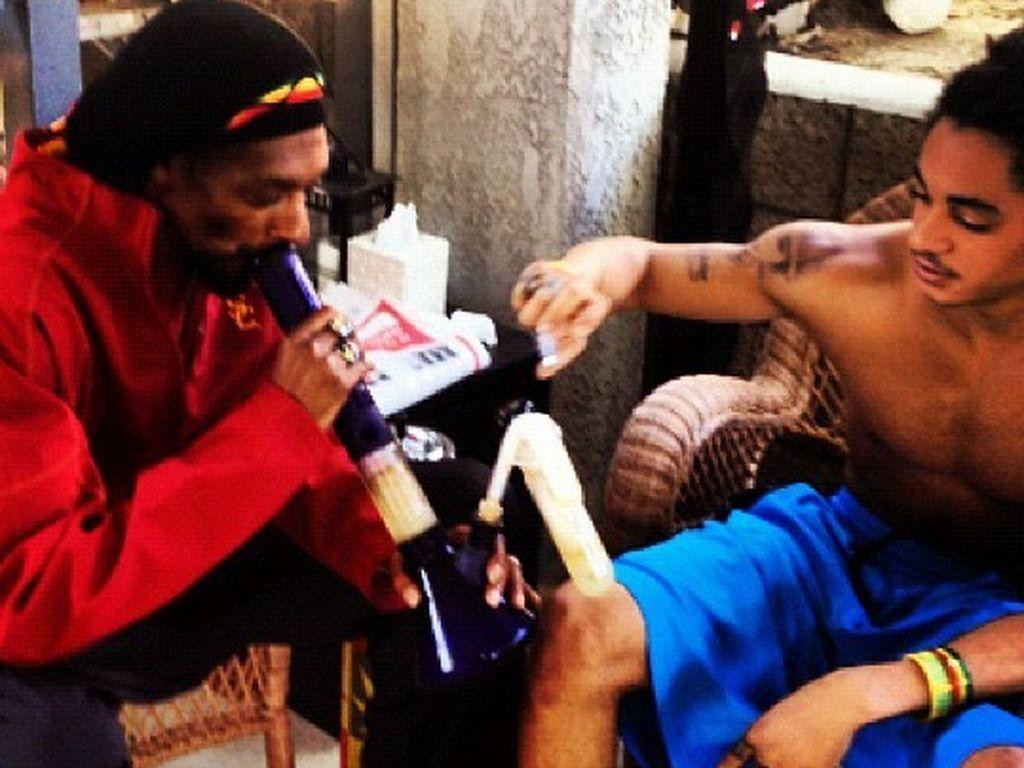 Hier raucht Snoop Dogg eine Bong vor seinem Sohn ... Corde Calvin Broadus