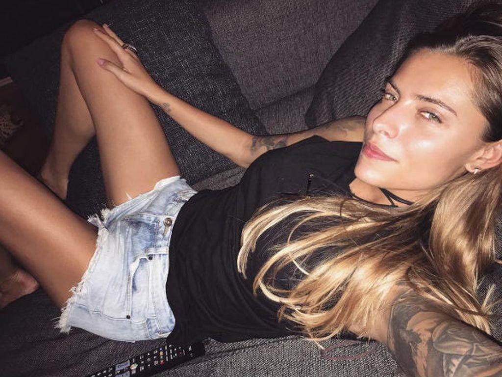 Sophia Thomalla entspannt auf der Couch
