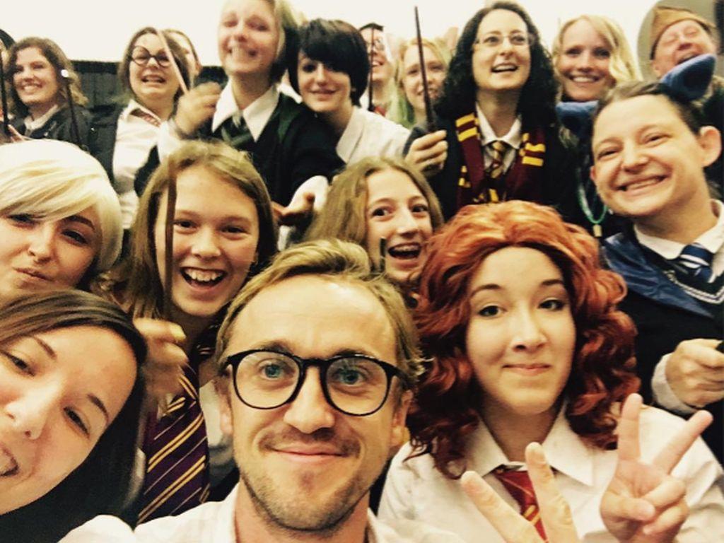 Tom Felton auf einem Selfie mit Fans