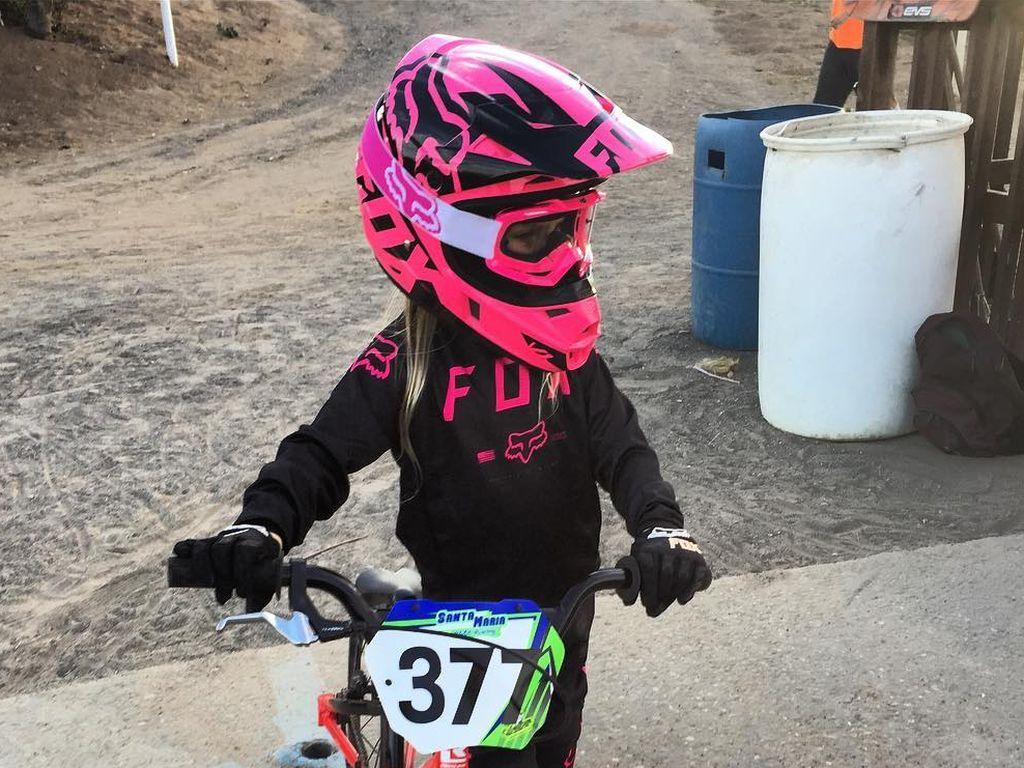 Die kleine Willow mit ihrem Bike beim Rennen 2016