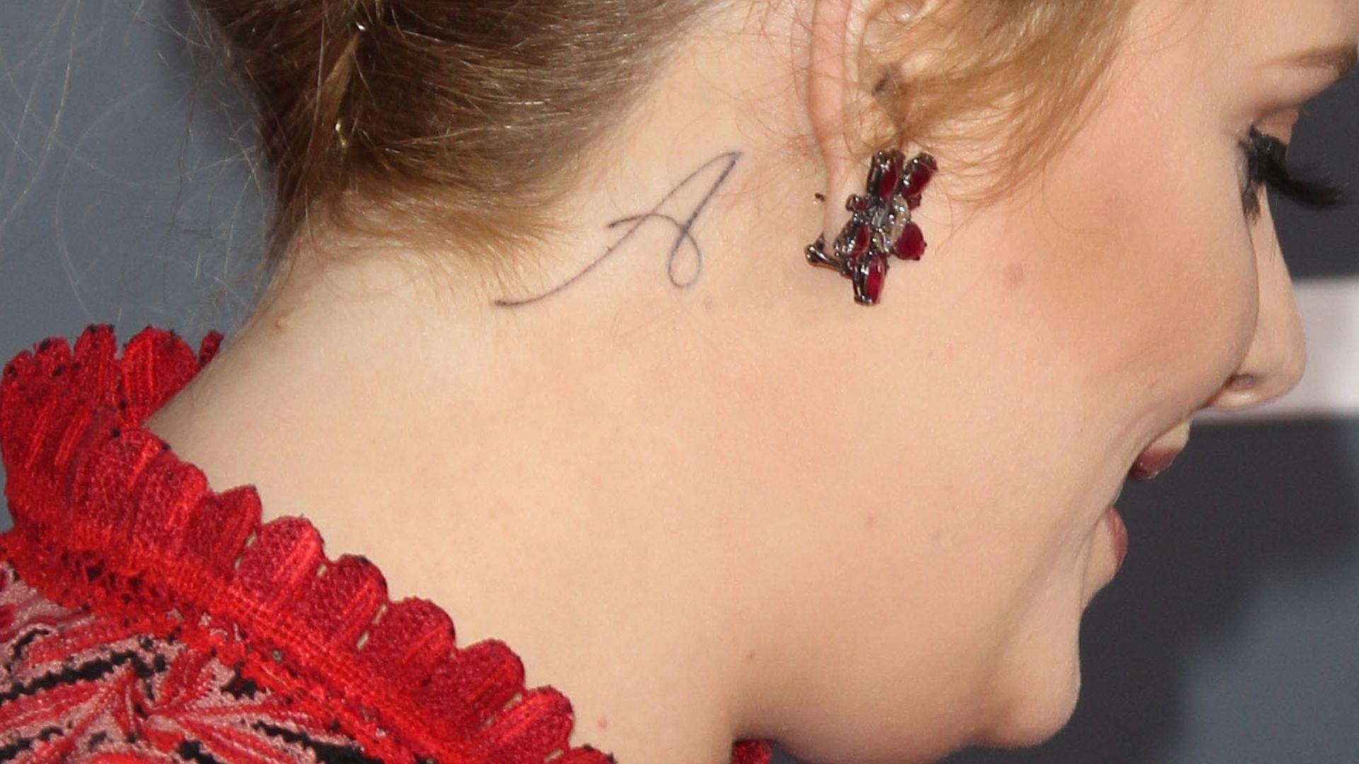 frisch gestochen adele hat ein tattoo am hals. Black Bedroom Furniture Sets. Home Design Ideas