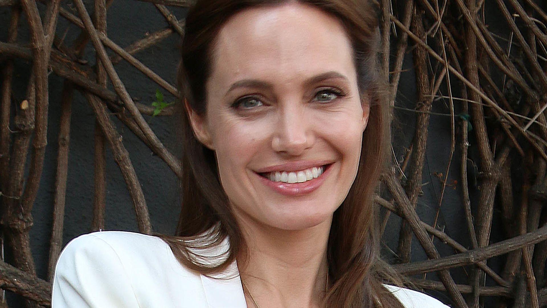 Angelina Jolie verrät ihr Brautkleid-Geheimnis!  Promiflash.de
