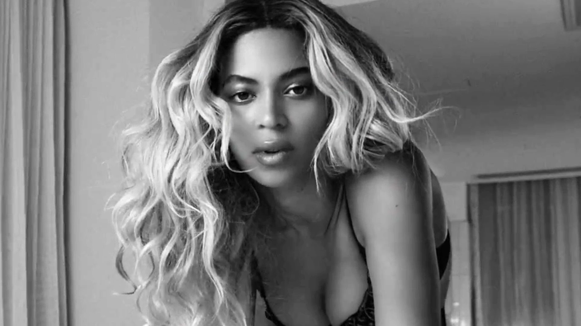 Beyonce kniet sich nackt vor