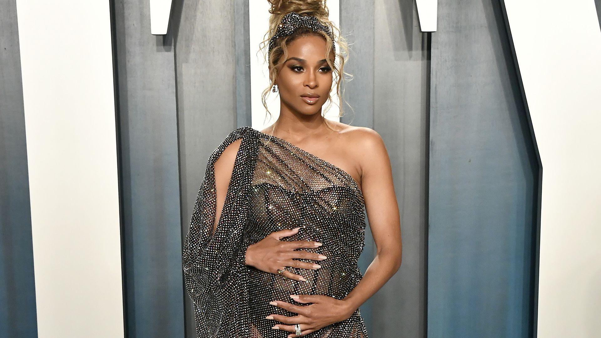 Sexy Babybauch-Update: So schön strahlt schwangere Ciara